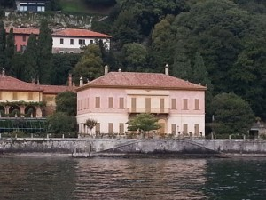 One of the nice houses surrounding the lake
